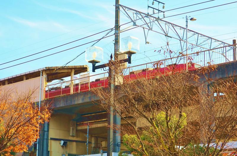 高架駅の名鉄電車