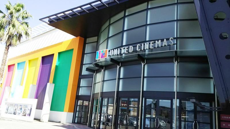 映画館の入り口は、ガラス張りのドアが沢山あります。
