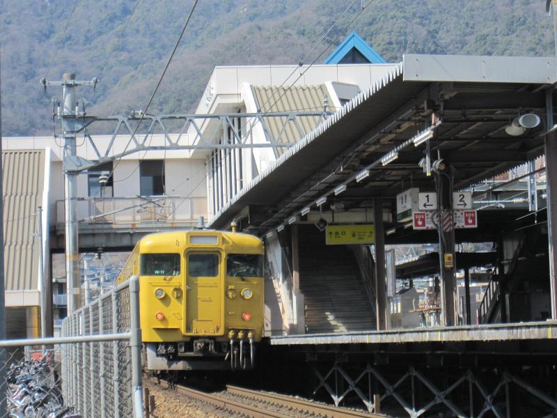 「瀬野駅」:下り線ホームに電車到着です。