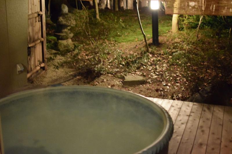 お宿花かんざしの露天風呂付部屋「撫子」の露天風呂