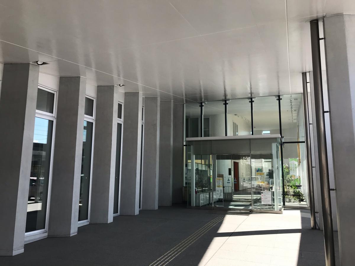 伊予市中心部にある、伊予市役所。