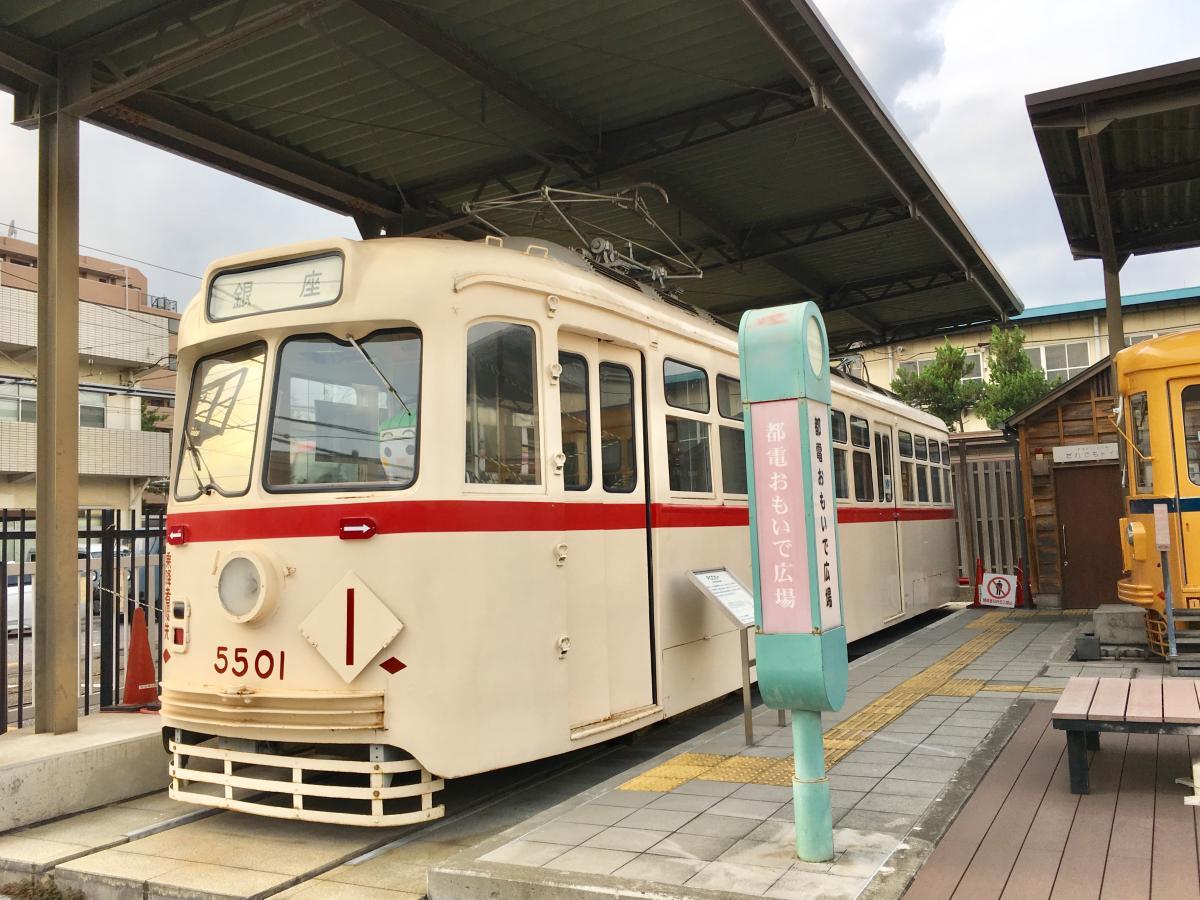 荒川車庫前駅の駅前の電車車両展示