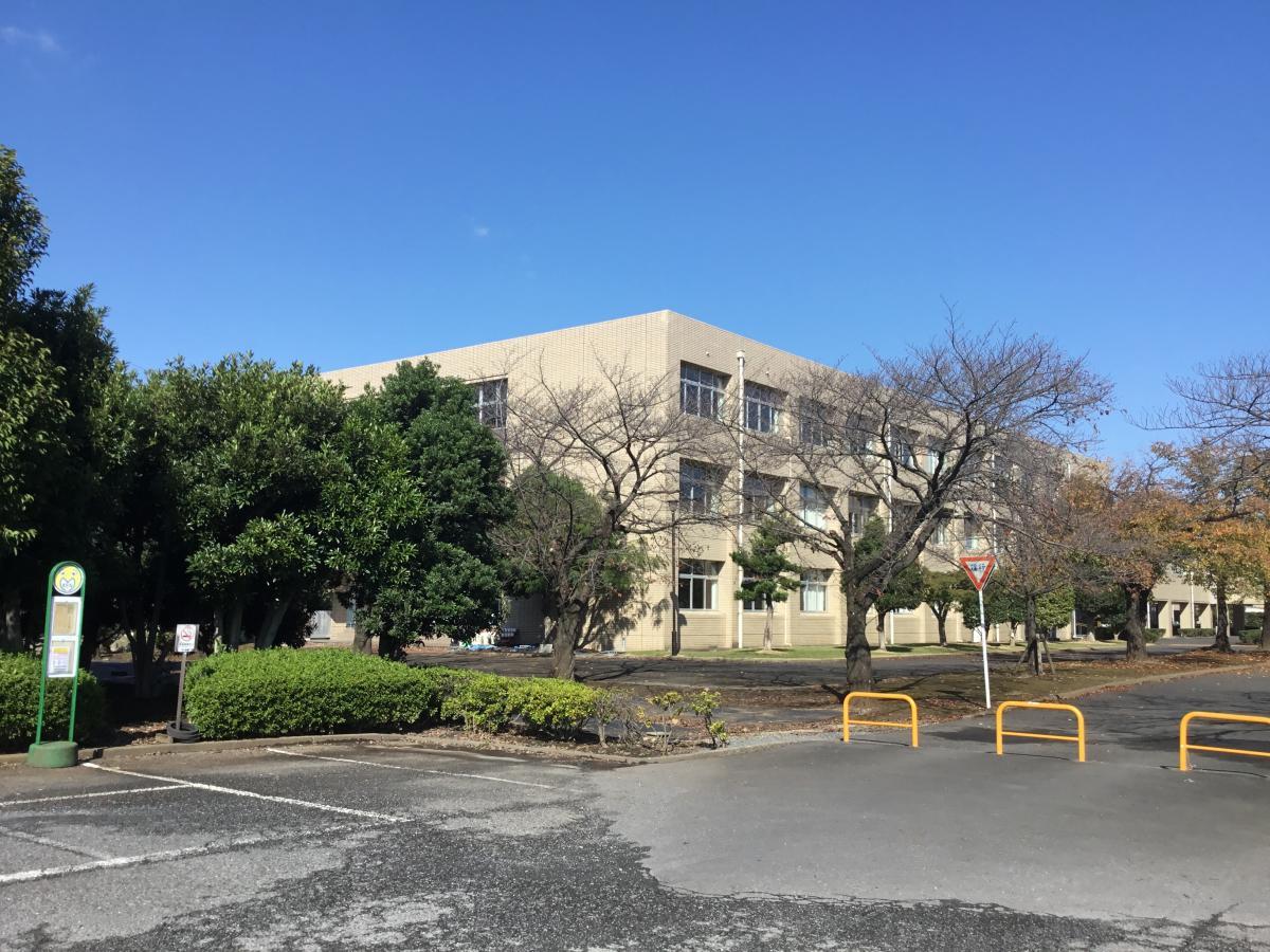 伊奈町にある『埼玉県立伊奈学園総合高等学校』です。