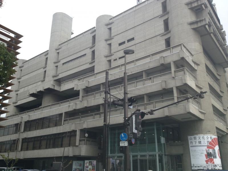 甲府駅北口を出てすぐに見えてきます。