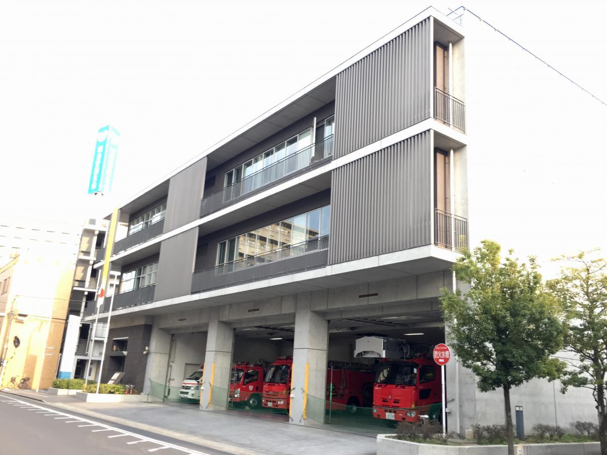 東京消防庁千住消防署の西側からの建物外観