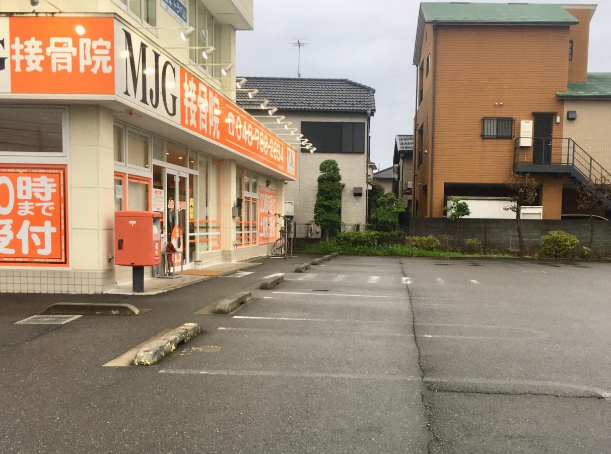 施設外観と駐車場。