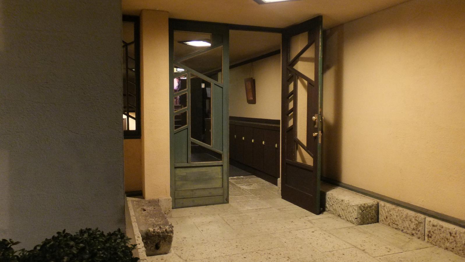 洒落たデザインのドア