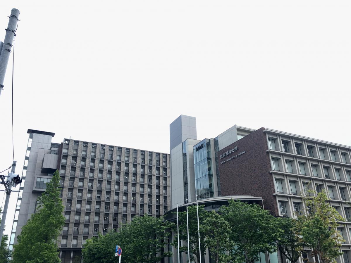 東京理科大学葛飾キャンパスの北側からの校舎外観