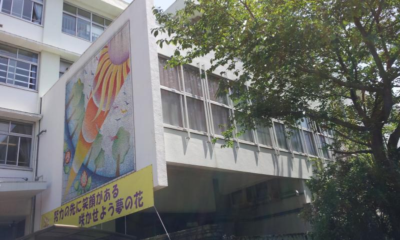 正門横の壁画