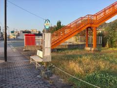 「三角駅通り」バス停留所